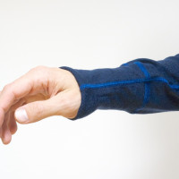 Manžety sú riešené univerzálne – kto má dlhšie ruky, ocení predĺžený rukáv