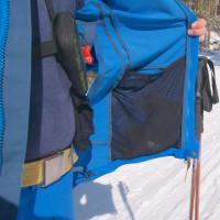 Vnútorná strana bundy s rozmerným vreckom zo sieťoviny, používam ho na odloženie rukavíc