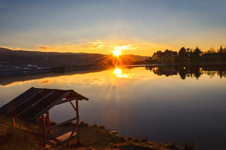 Západ slnka pri rybníku