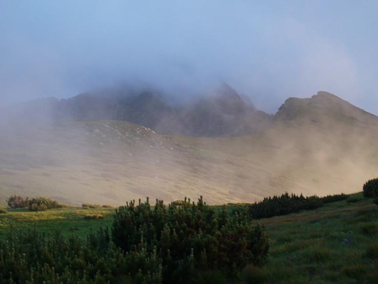 Jahňací štít zahalený v oblakoch